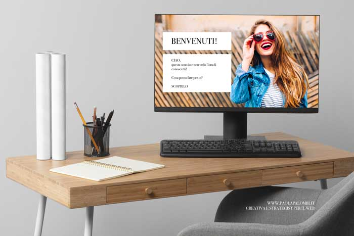 Foto scrivania con schermo di pc che mostra un sito professsionale